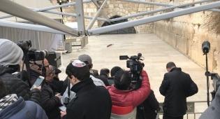 רק העיתונאים הורשו לעמוד קדימה, בעת ביקור פנס בכותל