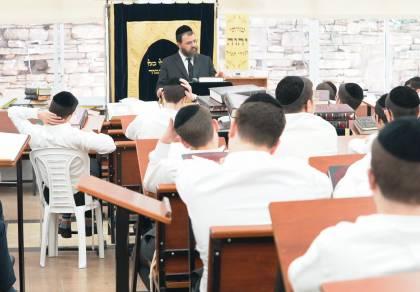 הגאון רבי ישראל לנדא עם תלמידיו. ארכיון