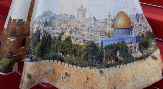 השרה מירי רגב מוכרת את 'שמלת ירושלים'