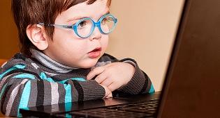 מי מדביק את ילדינו למסכי המחשב?