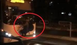 מפחיד: אוטובוס נוסע; הצעיר החרדי תלוי