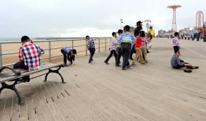 ילדים חרדים בטיילת בקוני איילנד