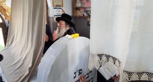 """הרבי מנדבורנא בתפילה על ציון הבעש""""ט"""