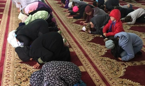 """הילדים במסגד - הורים: """"חייבו את ילדינו להשתחוות במסגד"""""""