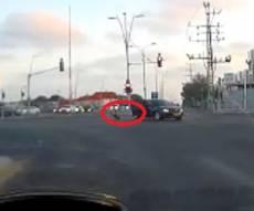 עוצר נשימה: תינוק נופל מרכב בכביש הסואן