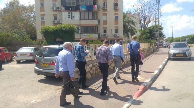 צוות מיסיונרים ברחובות קרית מלאכי.