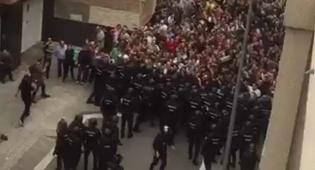 שוטרים מול אזרחים בקטלוניה - רוב מוחץ: 90% בעד עצמאות לקטלוניה