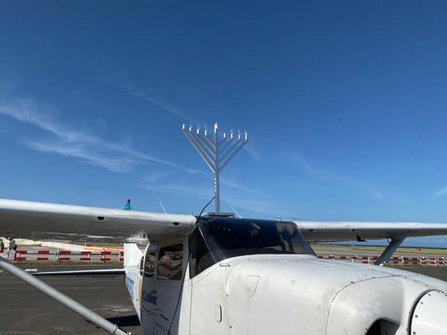 """צפו: החב""""דניק הדביק חנוכיות על המטוסים"""
