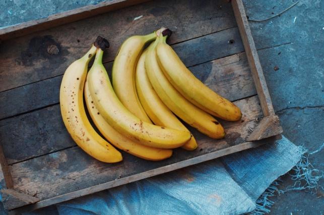 כיצד לשמור על בננות שלא ישחירו בטרם עת