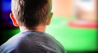 מחוברים מדי: צפיה במסכים מזיקה לילדים