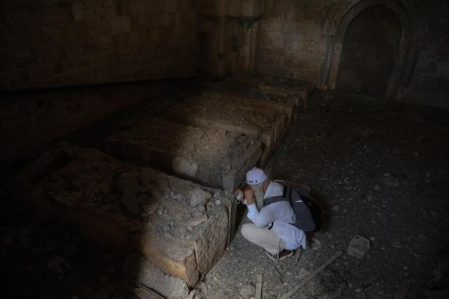 מתפללים בתוך המבנה העתיק שנפרץ. צפו
