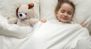מפתיע: למה כדאי לשים את הילדים במיטה מוקדם