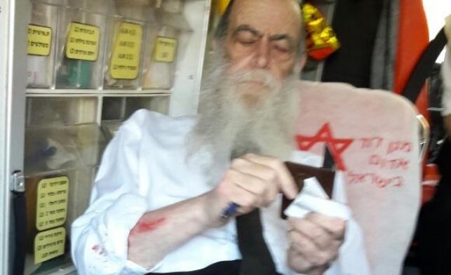 הרב מרדכי ברוידא מטופל באמבולנס