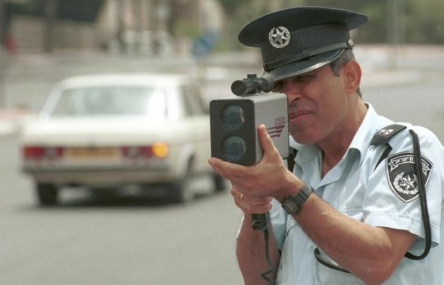 שוטר עם מכמונת מהירות. ארכיון
