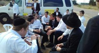 קפלינסקי עם חבריו - שוחרר העריק שעורר את ההפגנות הסוערות