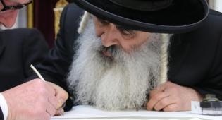מעמד כתיבת ספר תורה בדושינסקיא. צפו