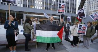 """הפגנה ליד בית המשפט בארה""""ב נגד גירושה של עודה - המחבלת רסמייה יוסף עודה תגורש מארה""""ב"""