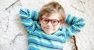 משקפיים חדשים לפסח. אילוסטרציה - מה נשתנתה התקופה הזו מכל הימים?