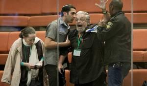 אזרח ישראלי מוחה על אישור החוק בכנסת