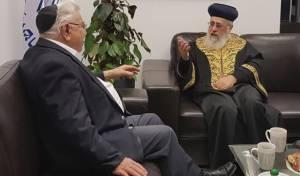 """משה ניסים עם הראשל""""צ הגר""""י יוסף, ערב פסח"""