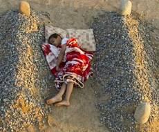 ילד סורי ישן ליד קברי הוריו - דיווח: 100 הילדים מסוריה לא יקלטו בישראל