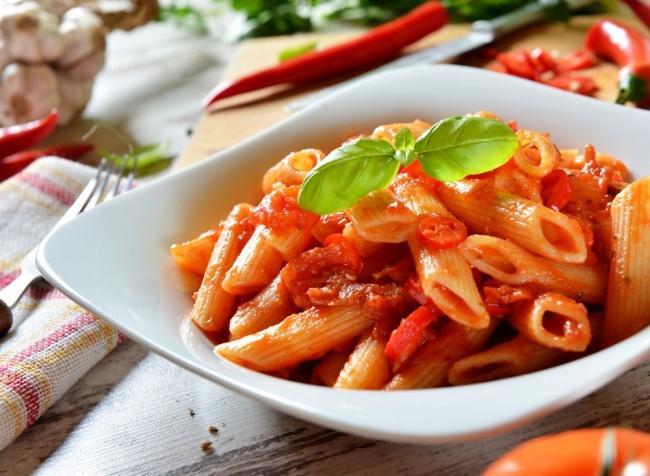 תכינו כוס מים. פסטה ברוטב עגבניות פיקנטי -  אל ארביאטה