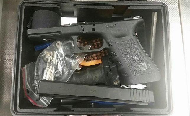 הנשק בתוך התיק