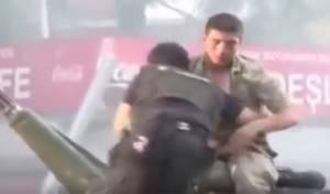 הלינץ' וההצלה - כך הציל השוטר הטורקי את החייל - מהלינץ'. צפו