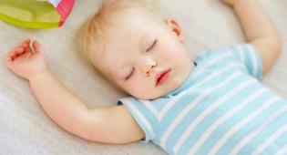 קשה לו לקום בבוקר? זה סימן ששנת הצהריים כבר מיותרת - מתי פעוט מפסיק לישון בצהריים?