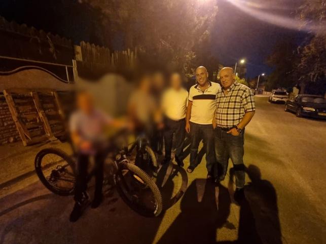 האחים עם האופניים