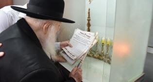 """הגר""""ח מעתיר בתפילה בעת הדלקת נרות שבת"""