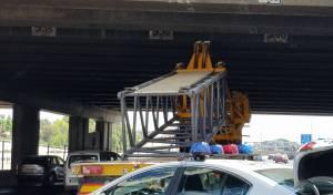 זירת התאונה - בפעם ה-3 בתוך שבוע: תאונת משאית בגשר