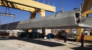 הקורה החדשה שנוספה הלילה לגשר - צפו: הגשר שקרס בכביש גהה הוקם מחדש
