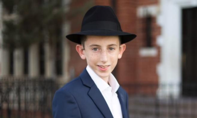 """הנער אריק שטרן שר 'קלי אתה' לי""""ט כסליו"""