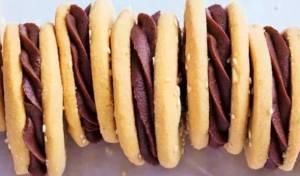 סנדוויץ' עוגיות טחינה במילוי גנאש שוקולד