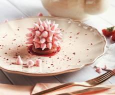 הצעת הגשה: לזלף תלולית קצת על עוגת ספוג ולהצמיד מיני נשיקות
