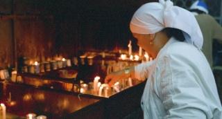 אישה מדליקה נרות בהר מירון