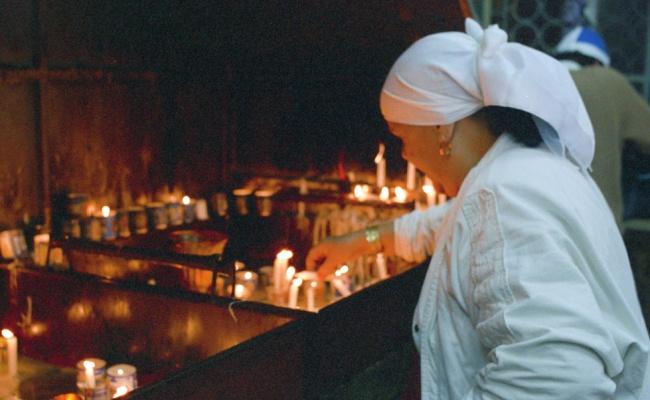 """אישה מדליקה נרות בהר מירון - זיווג, תורה ודירה: סגולות ל""""ג בעומר שלא הכרתם"""