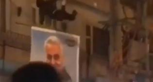 מפגינים באיראן תולשים את תמונת קאסם סולימאני