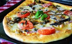 פיצה איטלקית אמיתית עם חצילים ופטריות - איטלקית אמיתית: פיצה עם חצילים ופטריות