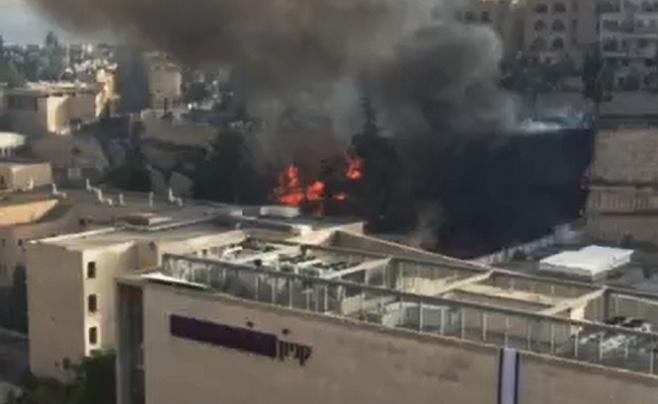 צפו בתיעוד: קניון רמות בירושלים עולה בלהבות