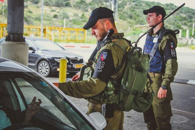 פלסטיני עם נשק נתפס במחסום