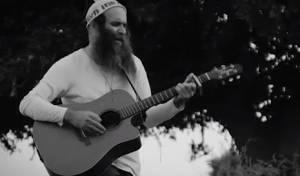 עודד מנשרי בשיר שמספר על ניצול השואה