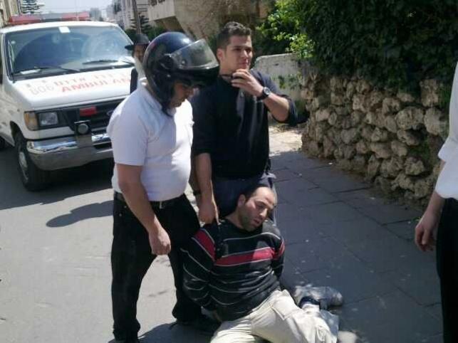 הגנב בידי המשטרה והמתנדב.