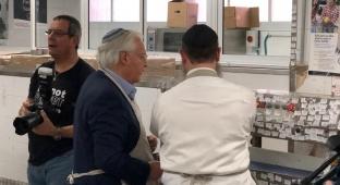 צפו: השגריר האמריקני אורז אוכל לקשישים