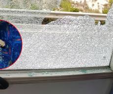 החלון השבור והאבן