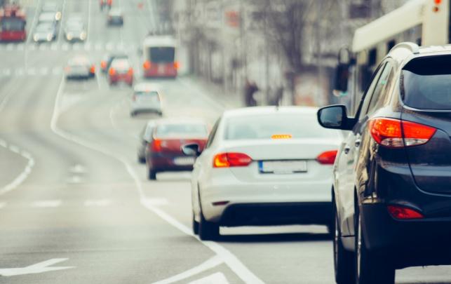 למה אסור לעקוב אחרי מכונית של חבר בכביש