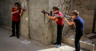 חגיגת עיד אל-פיטר ברפיח: ילדים עם רובים
