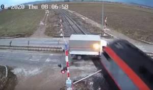 תיעוד מטורקיה: רגע פגיעת הרכבת במשאית