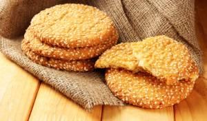 כמו הממתק, רק בצורה שונה: עוגיות שומשום פריכות